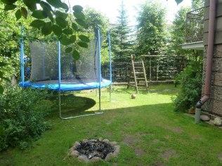 Ogród z miejscem dla gości.