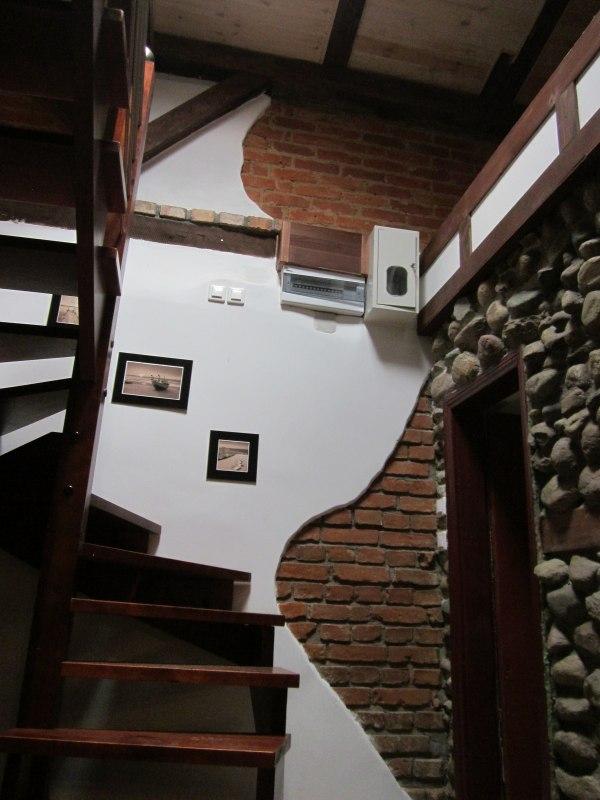 Schody na piętro w Apartamencie II