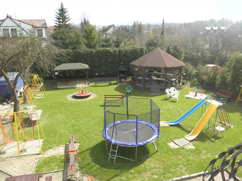Plac zabaw wczesną wiosną