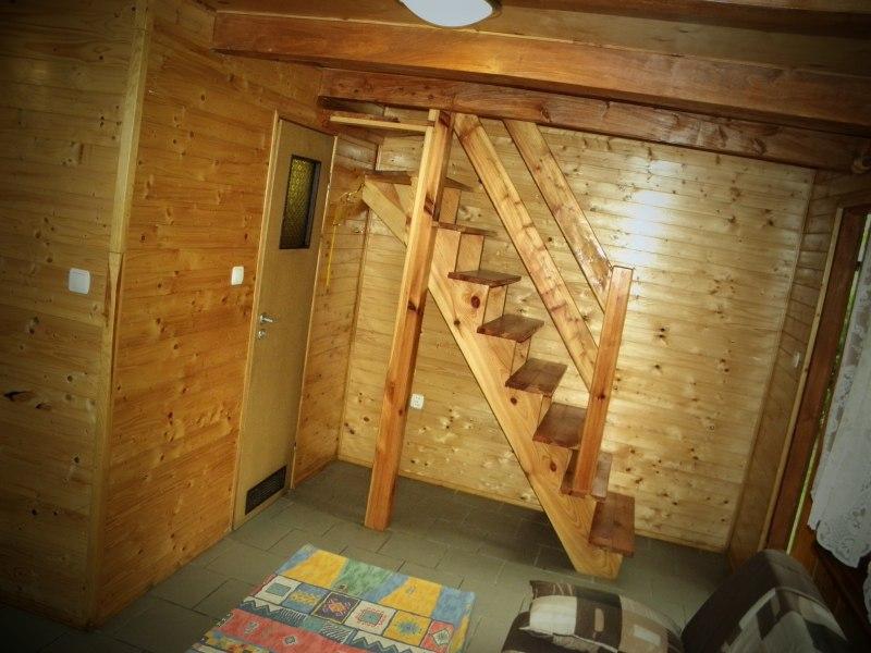 schody do sypialni w aloniku mniejszego z domków