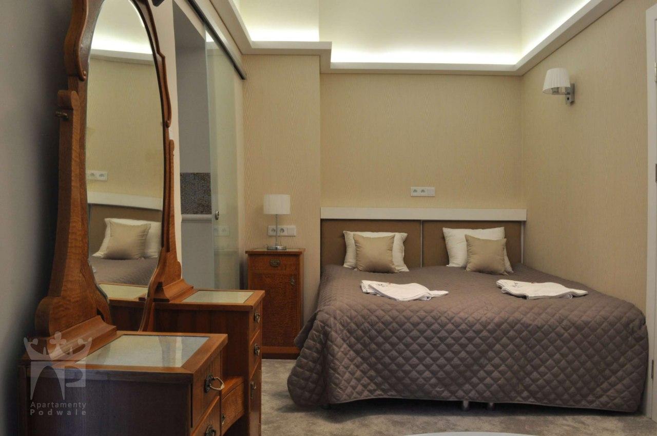 pokój dwuosobowy z łóżkiem małżeńskim