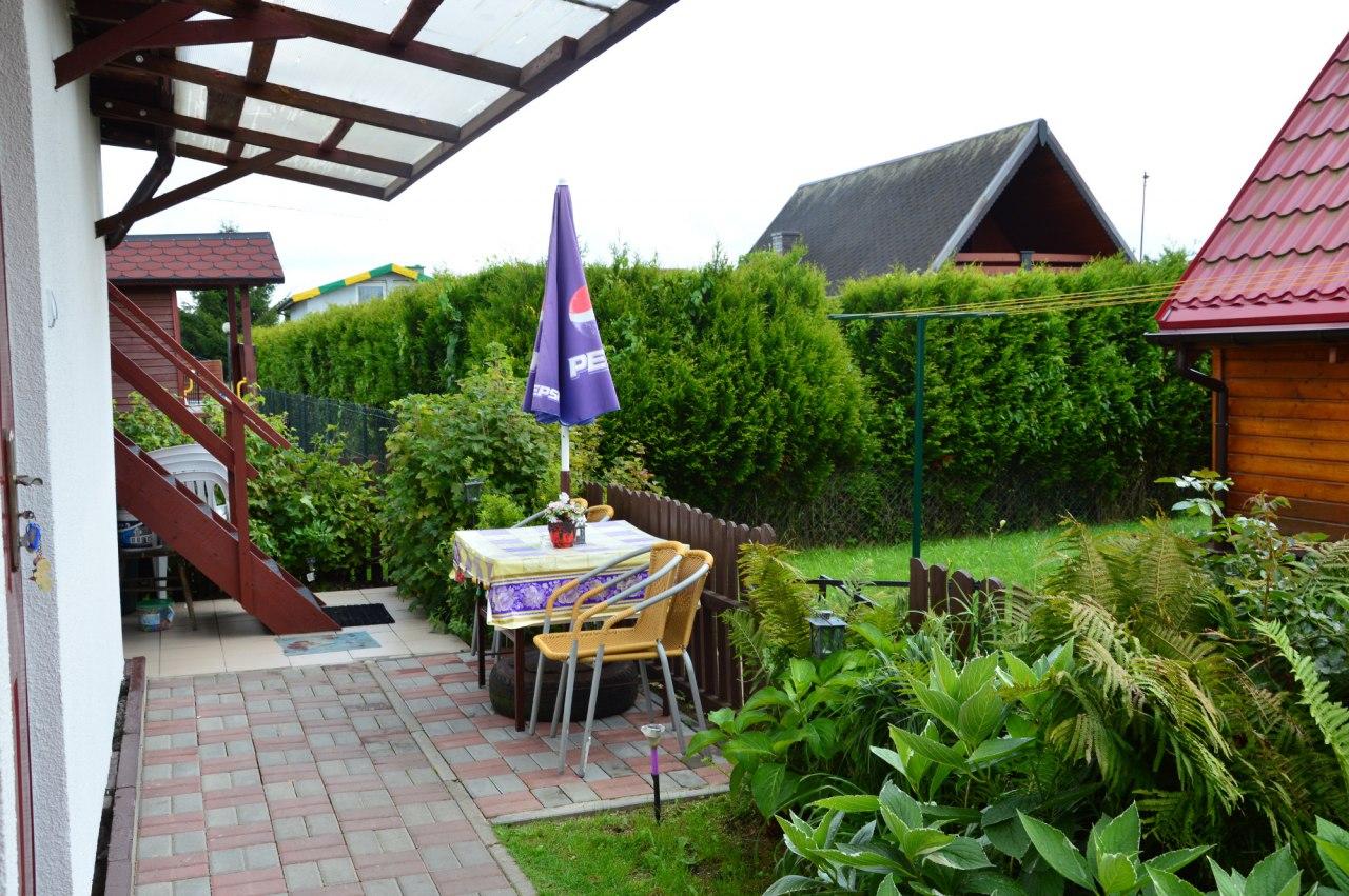 stolik jadalno-kawowy przed pokojem 4osob. z aneksem kuchennym i łazienką