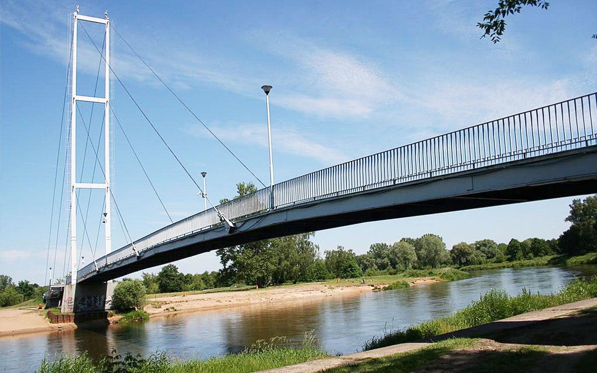 Most wiszący który widać z oszklonej częsci restauracji.