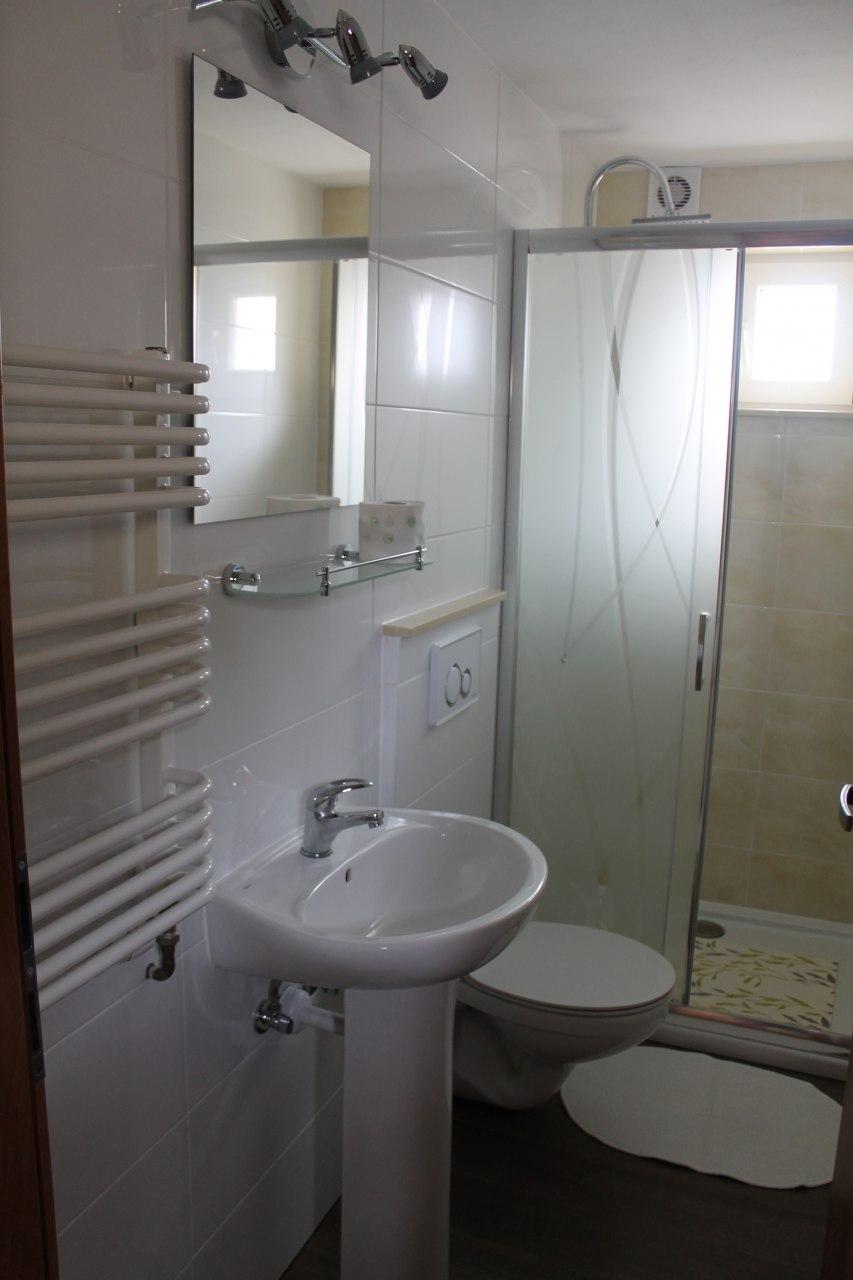łazienka w mieszkanku dwu pokojowym