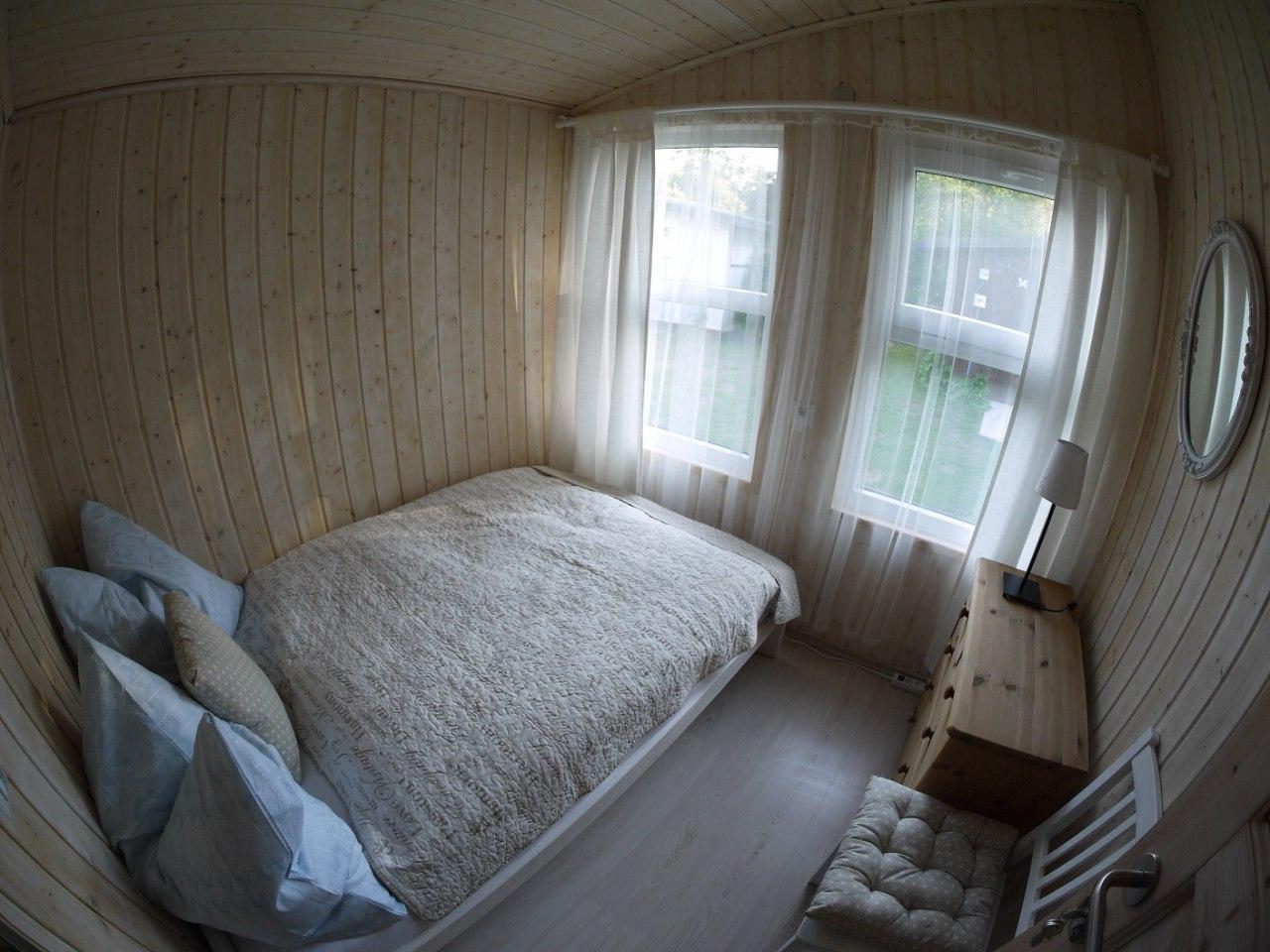 Domek z 2 sypialniami, łazienką i aneksem kuchennym.