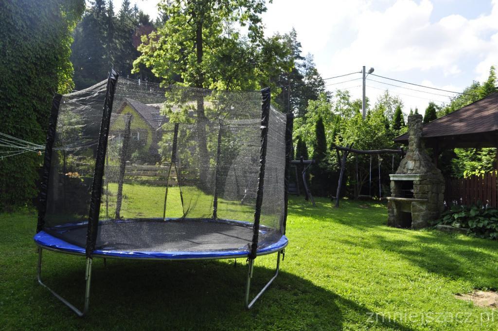 trampolina do dyspozycji dzieci