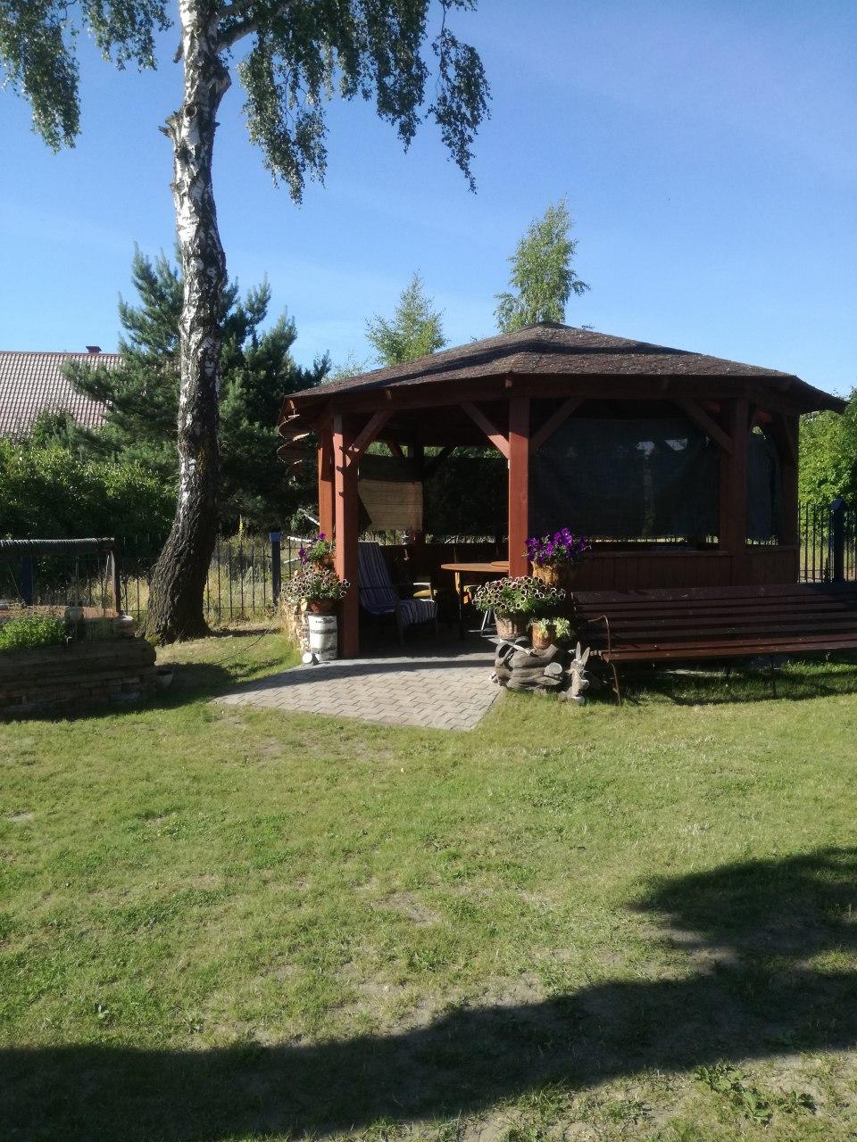 altana dla gości odpoczywjących w ogrodzie