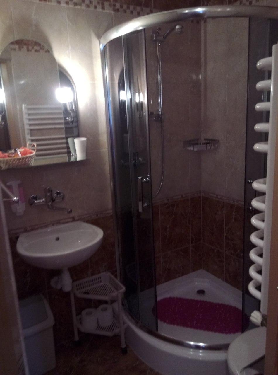 łazienka 1 - pokój czteroosobowy
