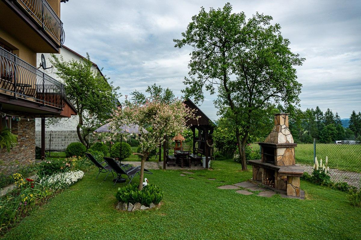Altana i grill w ogrodzie.