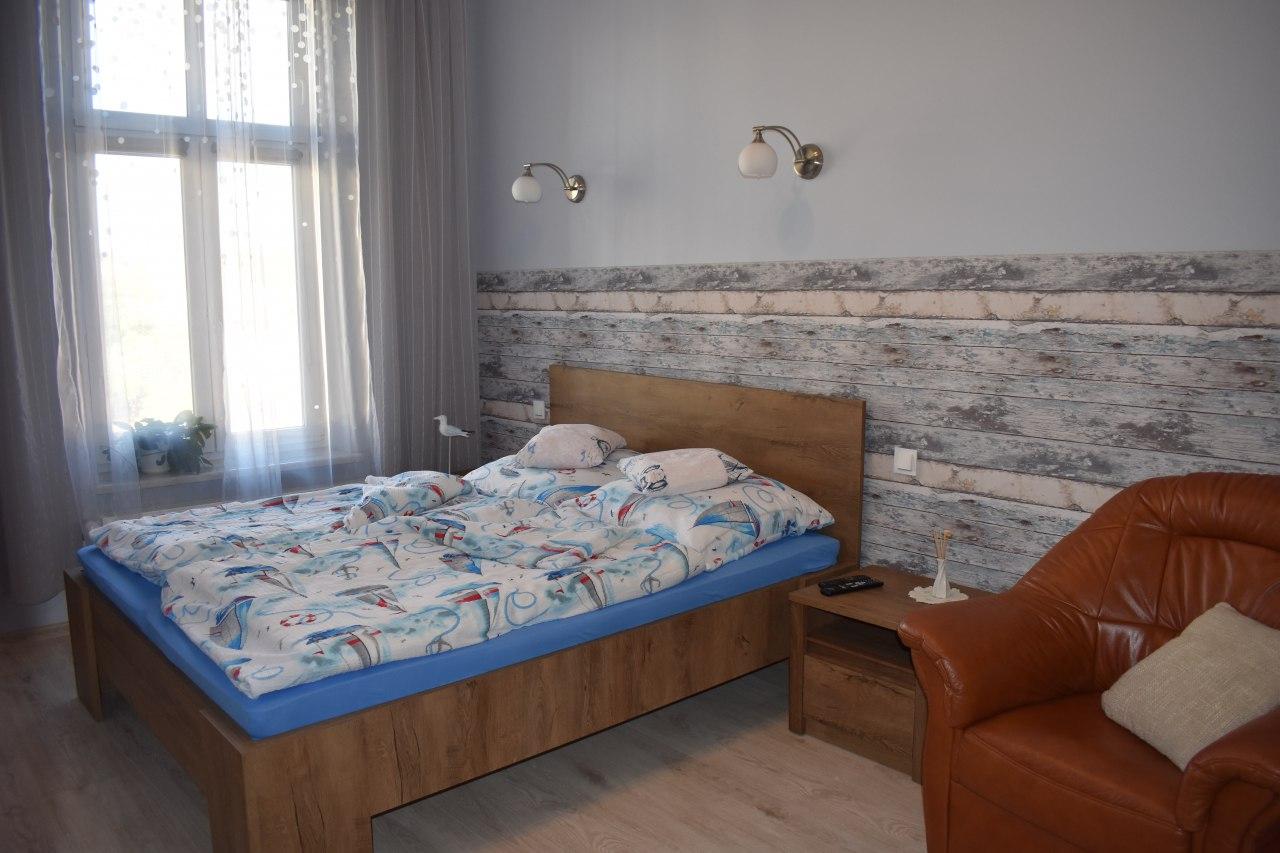 Sypialnia z wygodnym łóżkiem małżeńskim