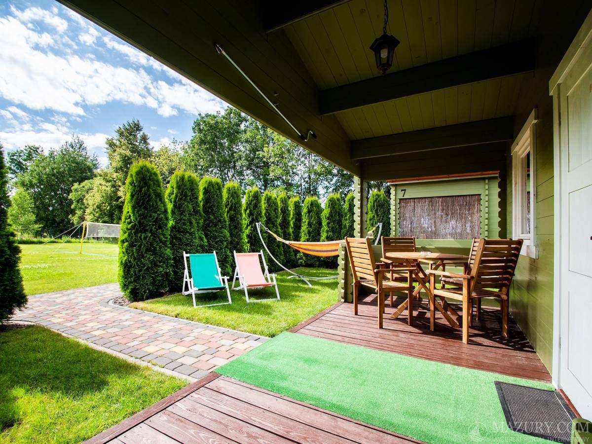 W każdym domku dwa leżaki, hamak i zestaw tarasowy ( 4 krzesła + stół),