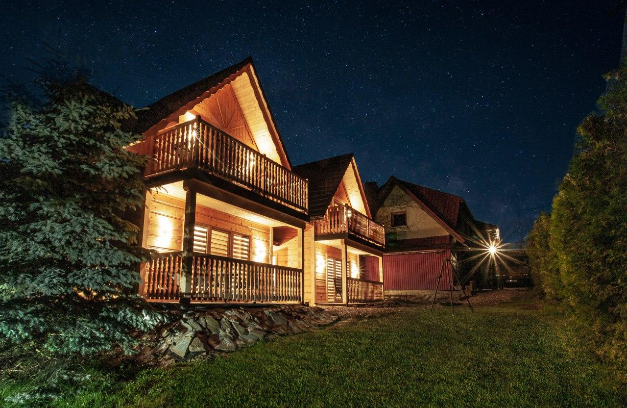 Widok na domki w nocy