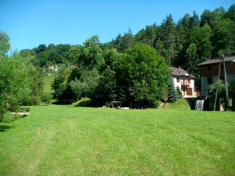 Widok domu od strony łąki