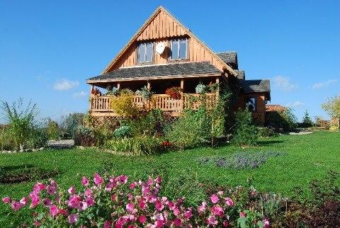Dom z bali z pięknym ogrodem