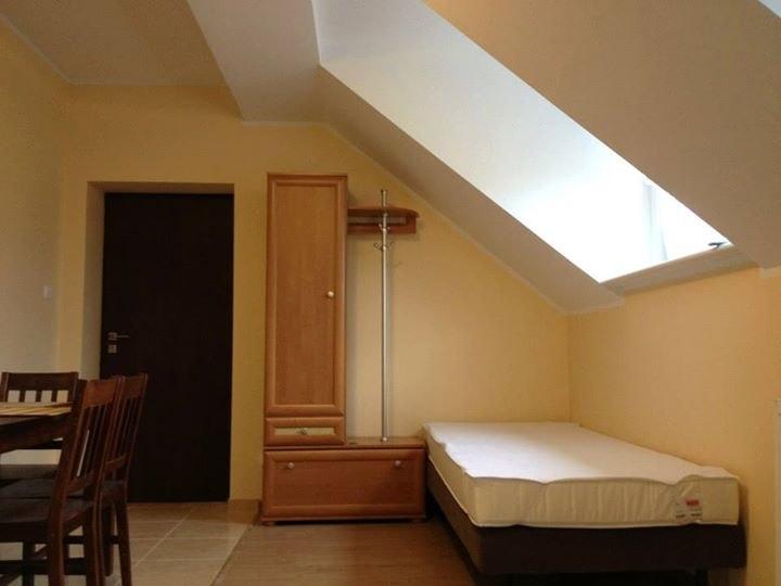 W pokojach znajdują się szafy na rzeczy,