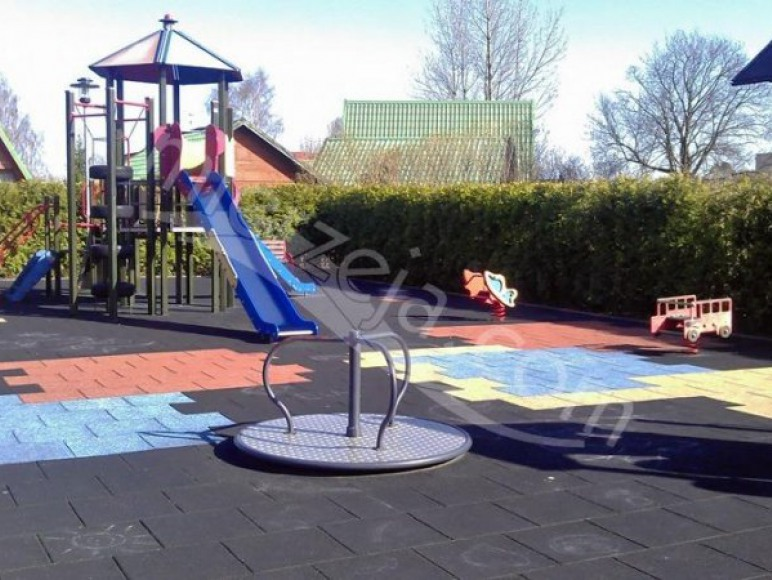 Plac zabaw na terenie obiektu