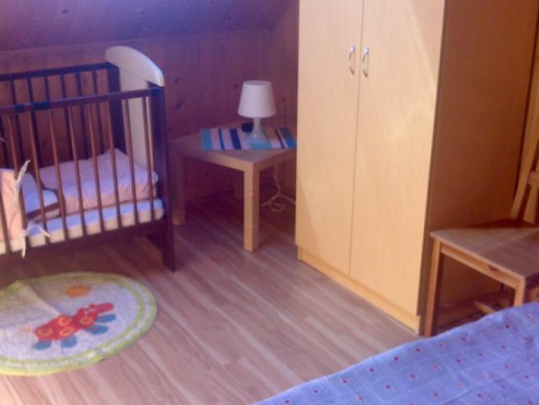 Sypialnia z łóżeczkiem dla małego dziecka