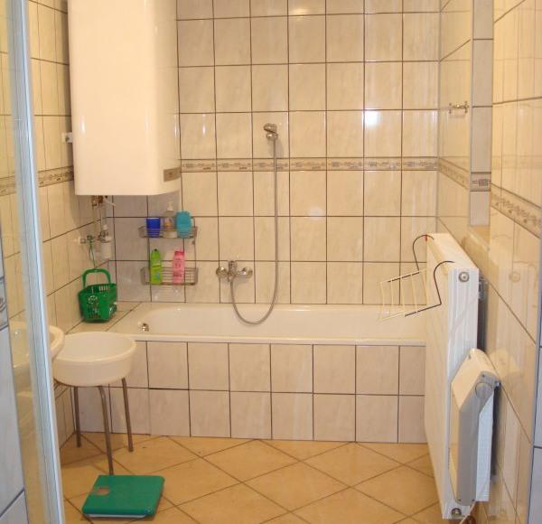 Lazienka z wanną i prysznic - Bathroom with shower