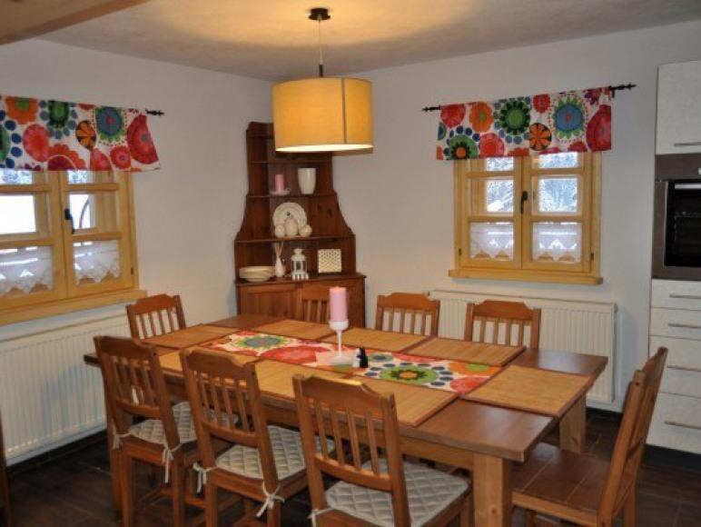 stół rodzinny w kuchni