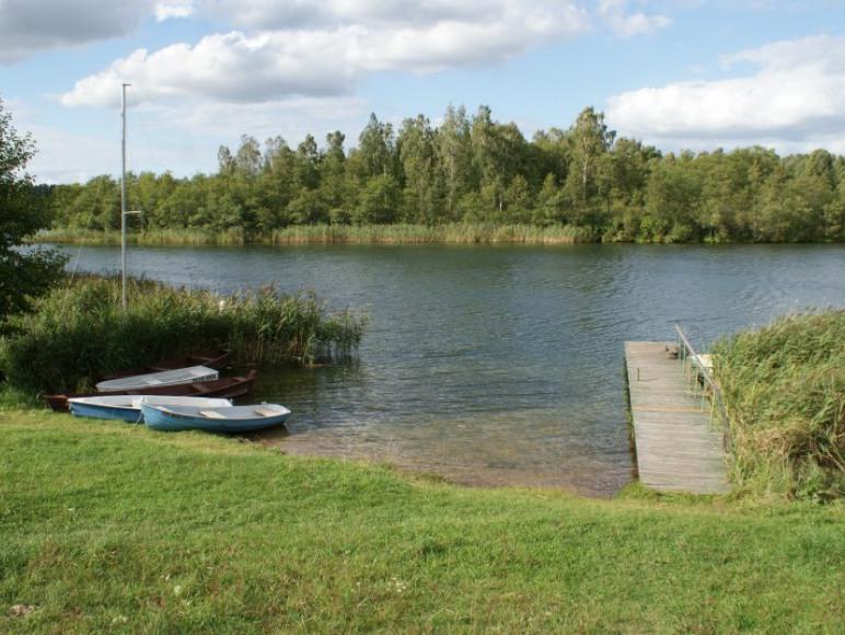 Zejście do jeziora i pomost