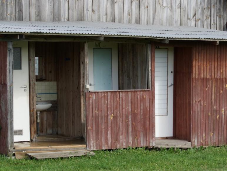 Toalety pola namiotowego i prysznic