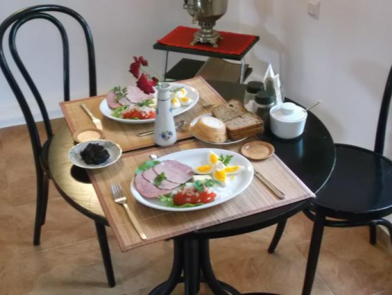 sniadanie podano