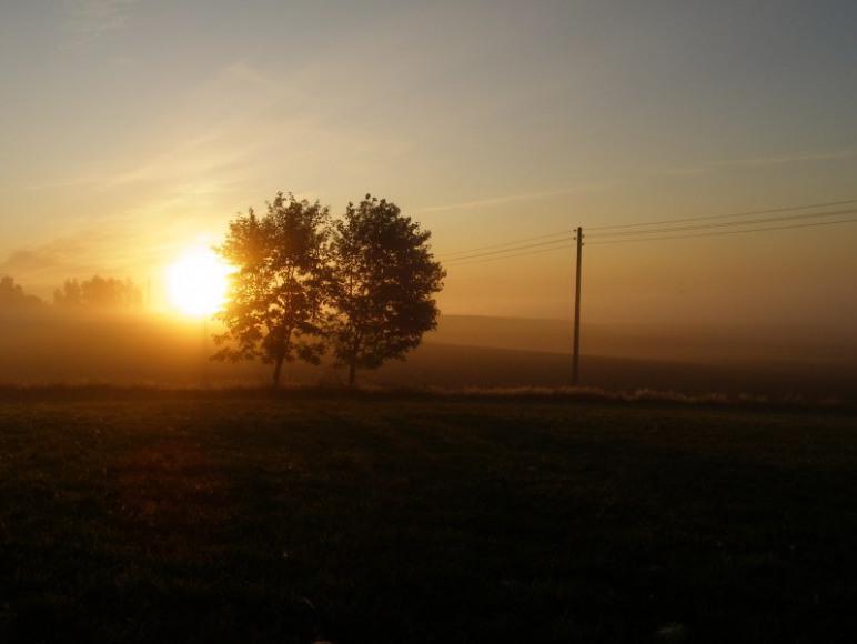 wschód słońca widziany z domu