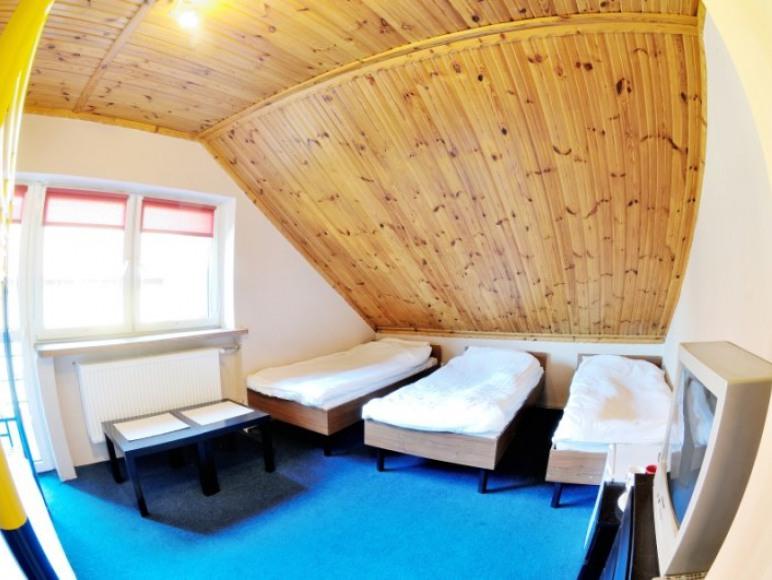 duży pokoj na poddaszu z balkonem