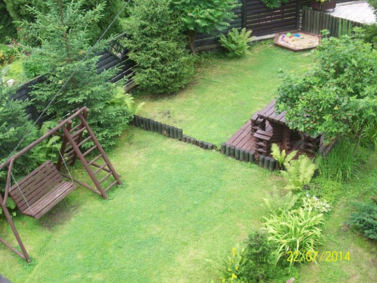 Ogród z piaskownicą i huśtawką