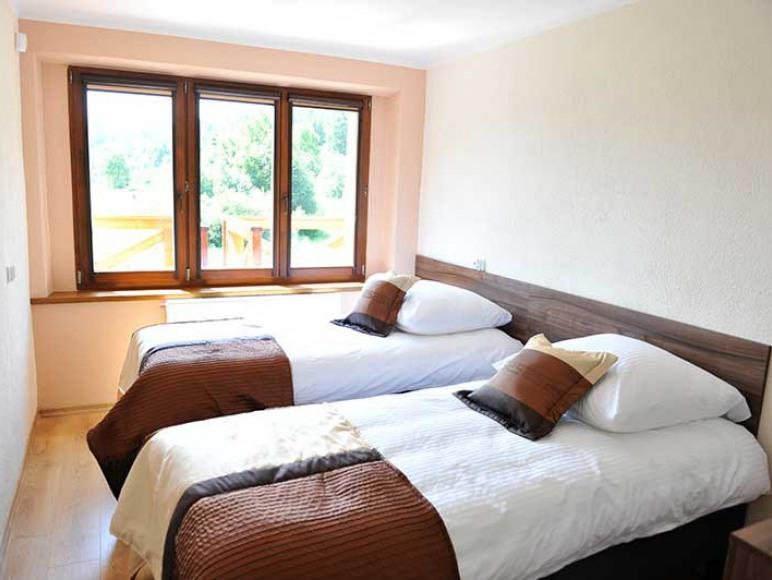 Sypialnia z dwoma łóżkami.