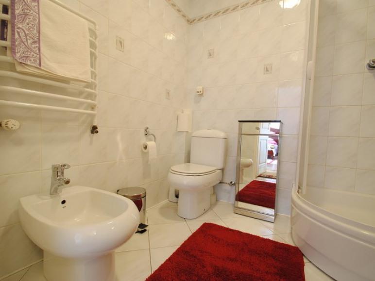 łazienka w apartamencie różowym