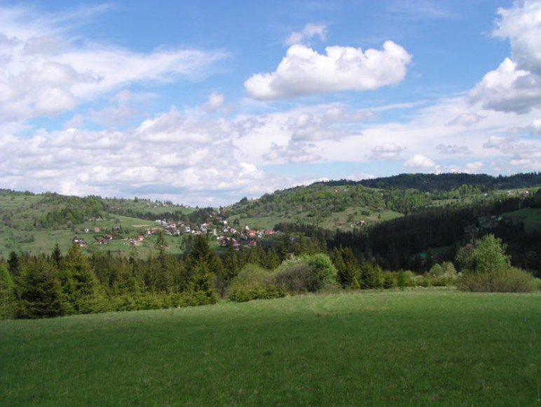 Widok na dom z przeciwległego stoku