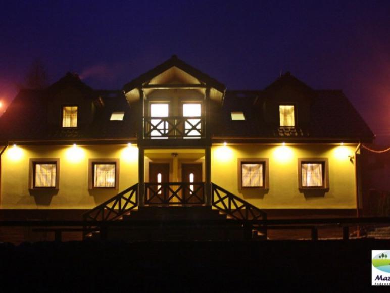 Dom jest iluminowany, a teren posesji monitorowany.