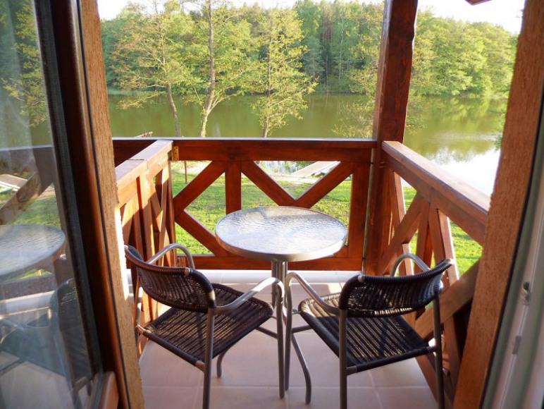 Balkon z pięknym widokiem na całą posesję, jezioro i las.