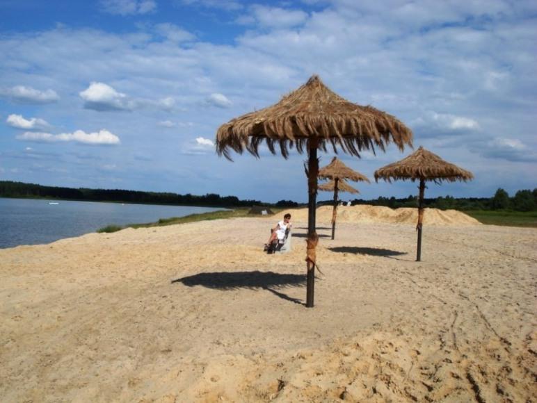 Plaża nad zalewem
