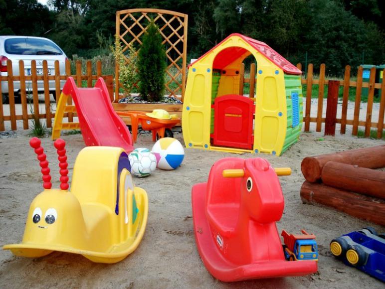 Kolorowe zabawki i huśtawki