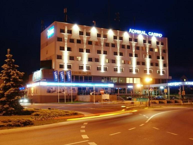 Budynek Hotelu Kamena nocą