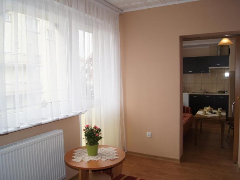apartament 2-6 os. widok kuchni i pokoju dziennego