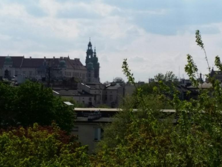 widok z tarasu na Wawel i kopułę kościoła św. Piotra i Pawła