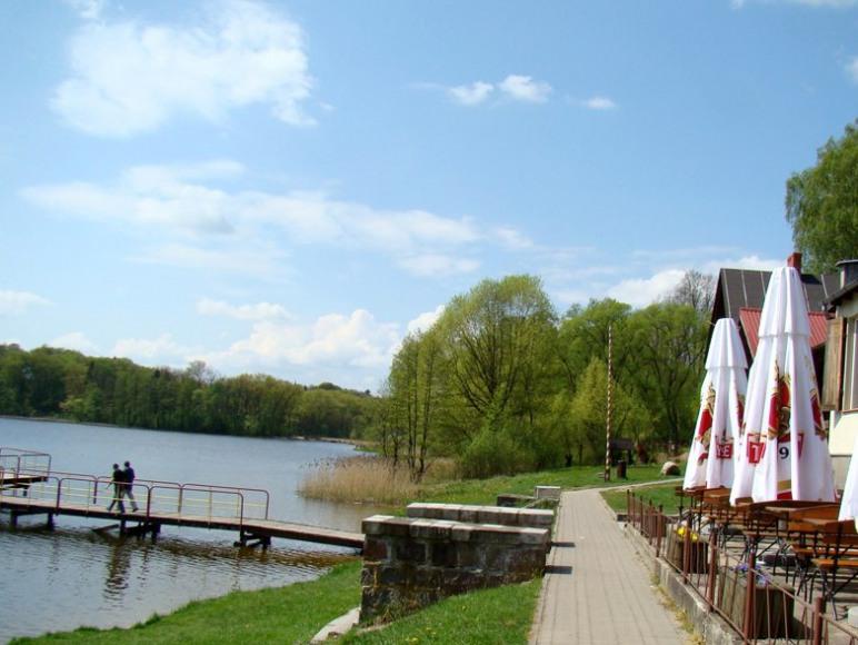 Domki letniskowe nad jeziorem w Debrznie