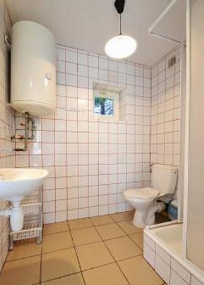 łazienka w domku parterowym z kominkiem