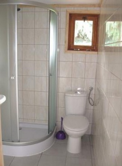 łazienka w domku letniskowym większym