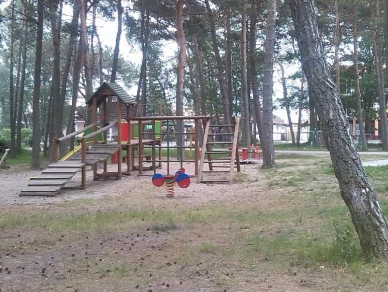 Plac zabaw dla młodych wczasowiczów w pobliskim parku.