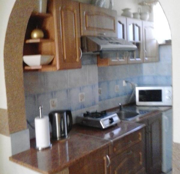 Aneks kuchenny.Kuchenka,lodówka,mikrofala i akcesoria kuchenne.
