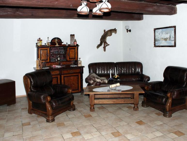 Sala kominkowa w starej chacie