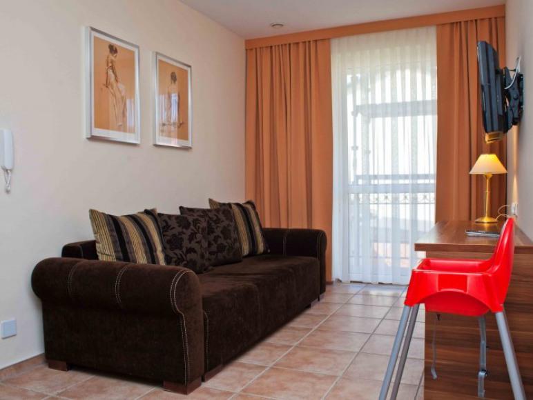 salon z dwuosobową kanapą