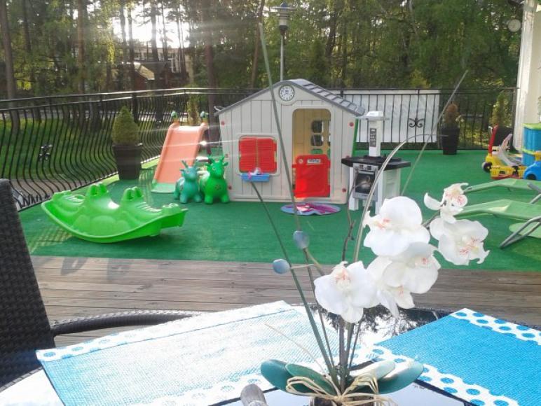 Plac zabaw na tarasie a drugi w ogrodzie