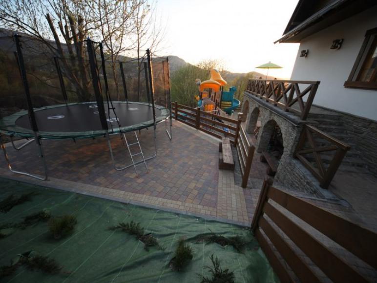 Plac zabaw - trampolina