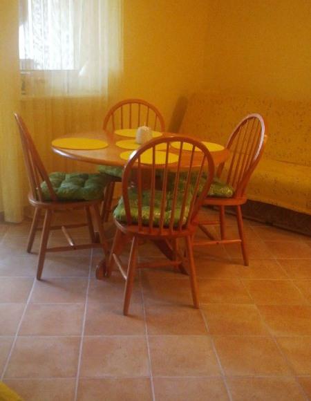 stół z wygodnymi krzesłami