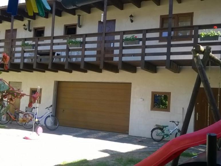widok z podwórza na domek